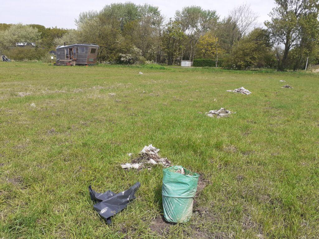 Opruimactie, eerst stapeltjes maken, daarna vuilniszakken vullen